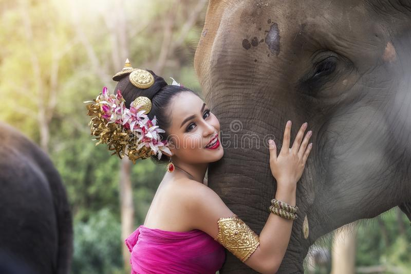 Thais meisje in traditionele Thaise kleding met olifant royalty-vrije stock afbeelding