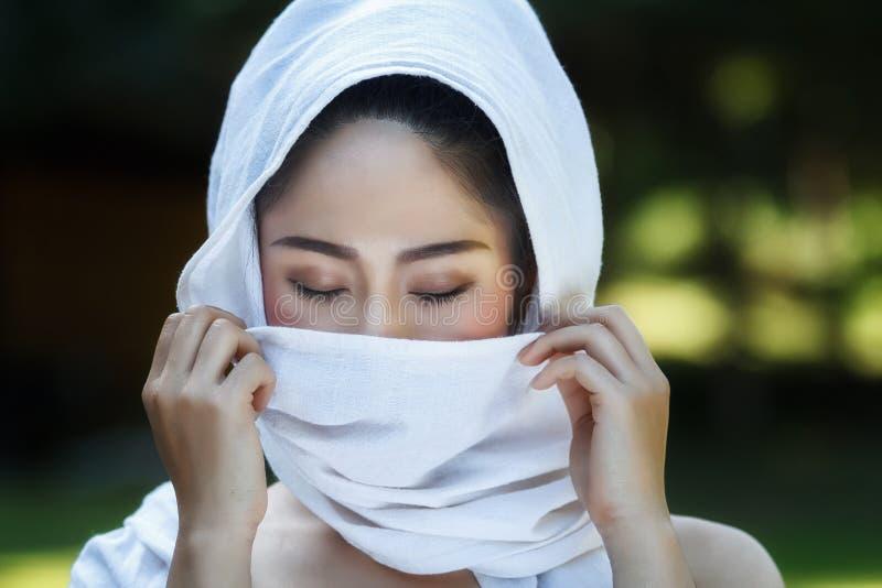 Thais meisje in traditionele Thaise kostuums royalty-vrije stock afbeeldingen