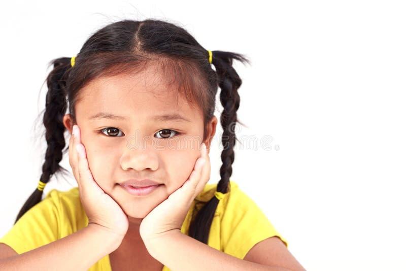 Thais mooi die meisje op witte achtergrond wordt geïsoleerd royalty-vrije stock afbeeldingen