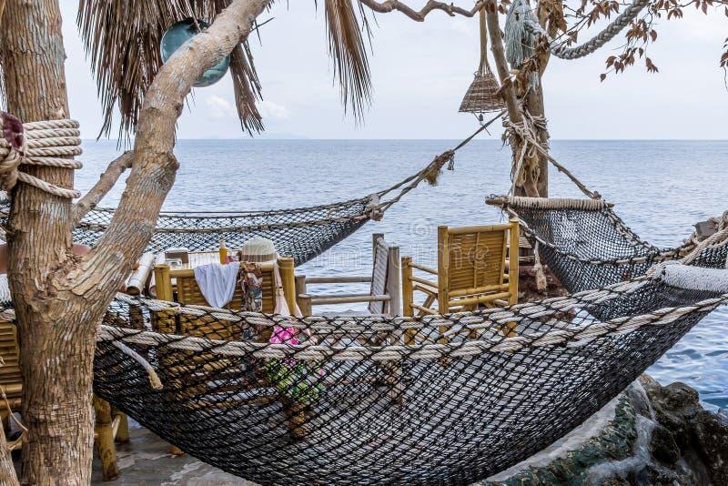 Thais Restaurant met hangmatten op een klip over de oceaan stock afbeeldingen