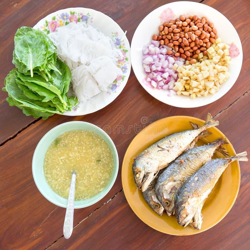 Thais stijlvoedsel Gebraden makreelvissen die met verse salade, rijstnoedel en kruidige het kleden zich saus dienen De naam is Me stock afbeelding