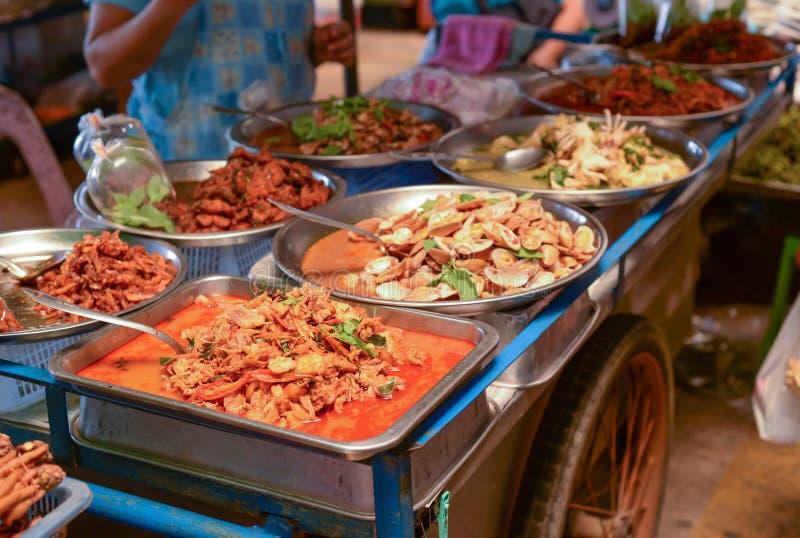Thais straatvoedsel in verse markt stock foto