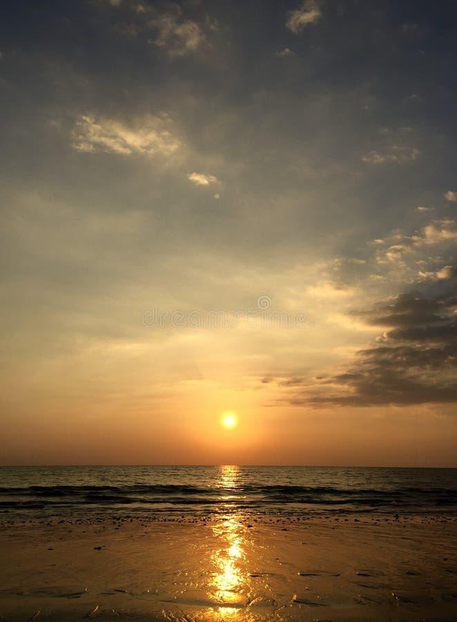 Thais Strand met een mooie zonsondergang stock afbeelding