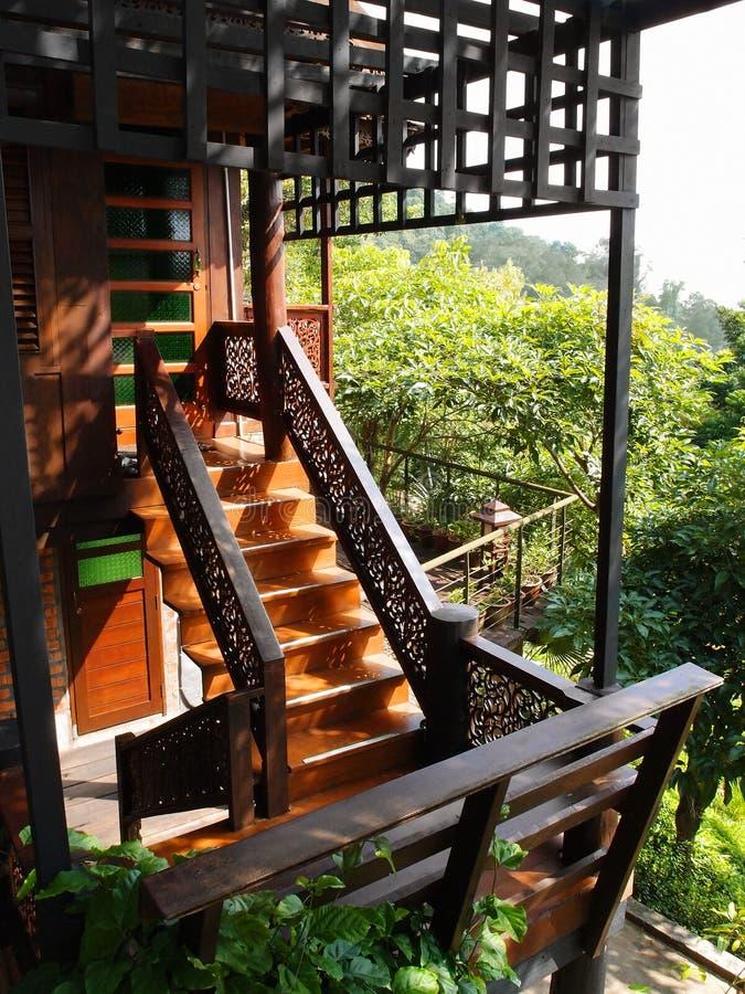 Thais traditioneel houthuis met mening stock afbeelding