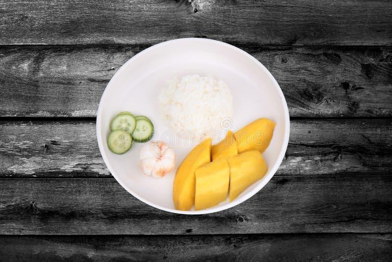 Thais treaditionalvoedsel, Jasmijnrijst met groenten en vruchten stock fotografie
