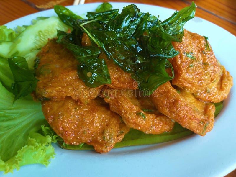Thais viscroquetje Zet de vissen, de pompoen, de boon, de Spaanse peper en de kruiden op heerlijk geurig royalty-vrije stock foto's