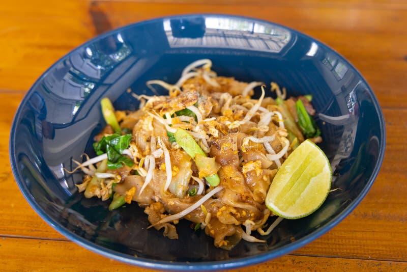 Thais voedsel - beweeg gebraden gerecht #6 Beweeg gebraden vlak noedel en varkensvlees met donkere zien-Ew van het sojasausstootk stock fotografie