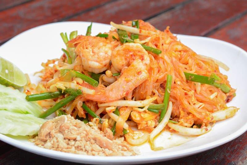Thais voedsel - beweeg gebraden noedels met garnalen (Stootkussen Thai) stock foto's