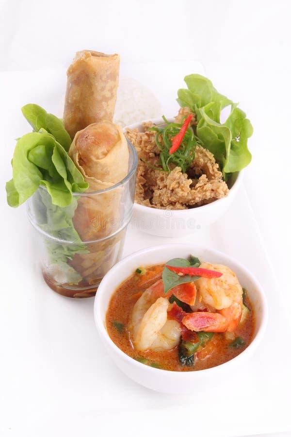Thais voedsel dat met rijst en de lentebroodje wordt geplaatst. royalty-vrije stock afbeeldingen