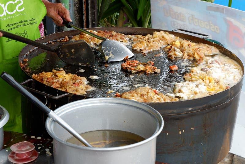 Thais voedsel, gebraden oesters in een hete pan royalty-vrije stock afbeelding