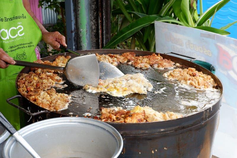 Thais voedsel, gebraden oesters in een hete pan stock fotografie
