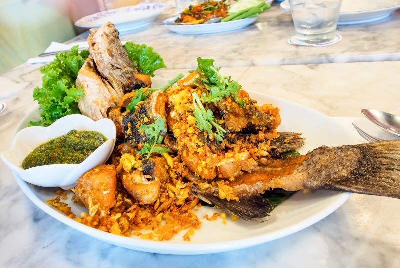 Thais voedsel, gebraden vissen met kruidige bron royalty-vrije stock fotografie