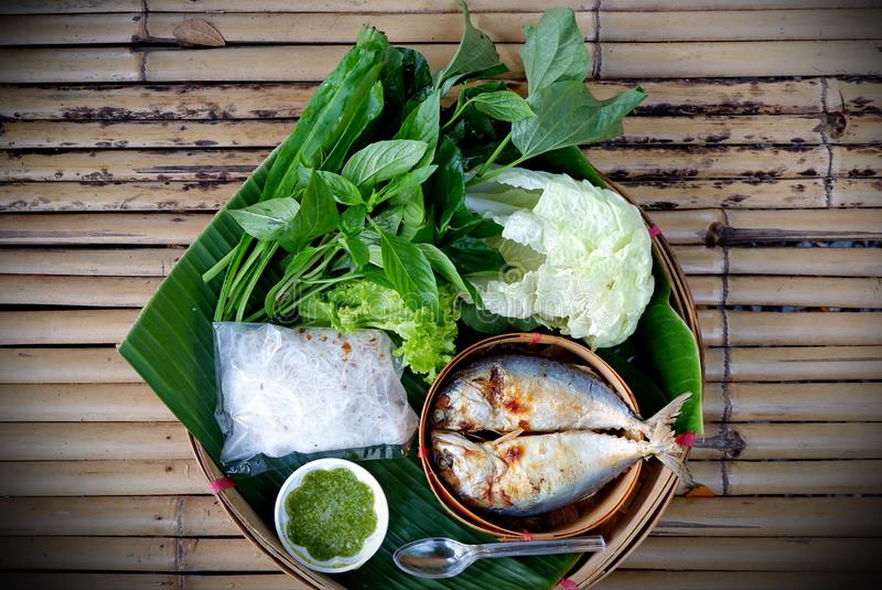 Thais voedsel, groente die in makreel wordt verpakt stock foto