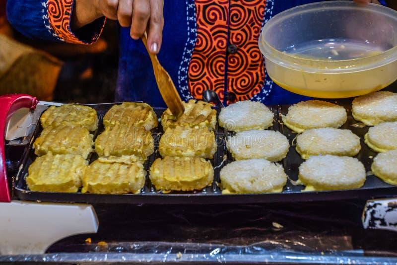 Thais Voedsel - het geroosterde kleverige rijstwhit ei, Thaise Mensen roept & x22; Chao Ji & x22; , Nachtmarkt stock foto's