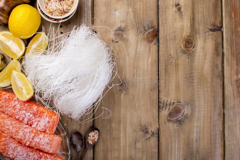 Thais voedsel, ingrediënten Rijstnoedels en zalm, citroen en kruiden dieet voedsel Gezond voedsel Houten achtergrond Plaats voor  royalty-vrije stock foto's