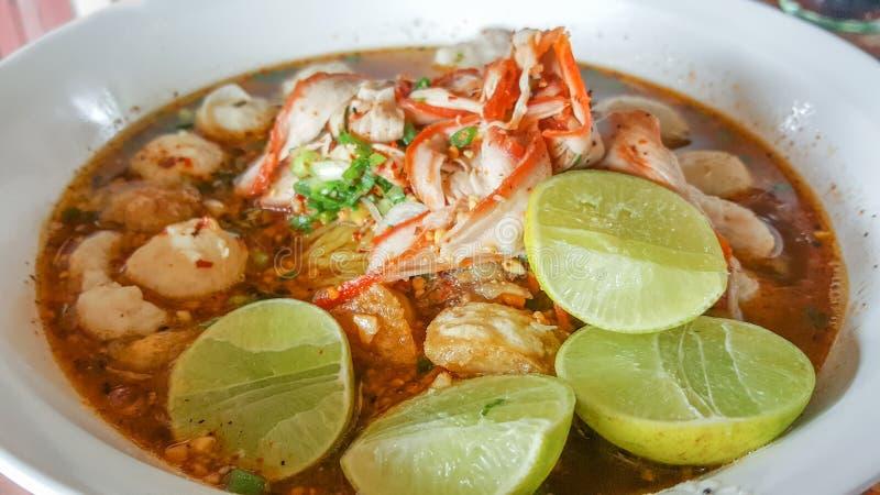 Thais voedsel, Kruidig noedelsvarkensvlees met stukken van citroen op bovenkant stock afbeeldingen