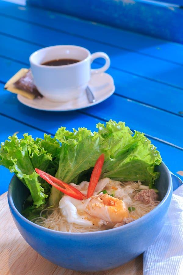Thais voedsel, Kruidige citroengras op smaak gebrachte vlakke noedels met zeevruchten stock foto