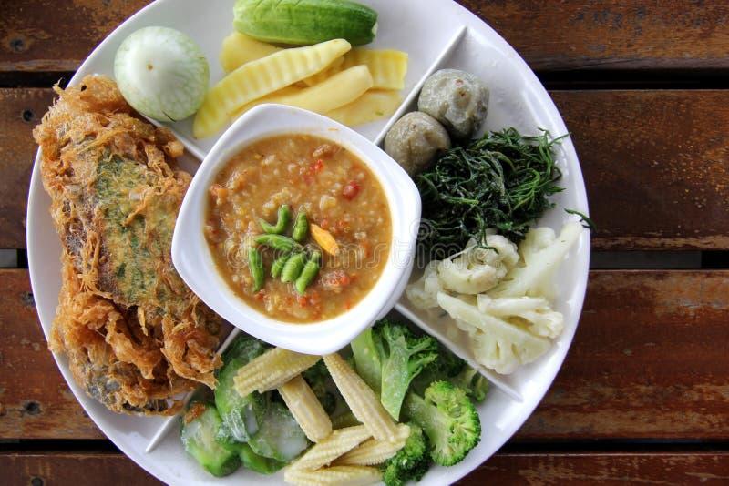 Thais voedsel, kruidige deegsaus met gebraden ei met het beklimmen van acacia stock foto's