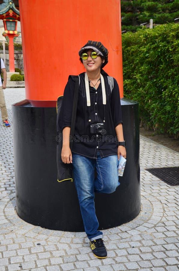 Thais vrouwenportret bij taishaheiligdom van Fushimi Inari stock fotografie