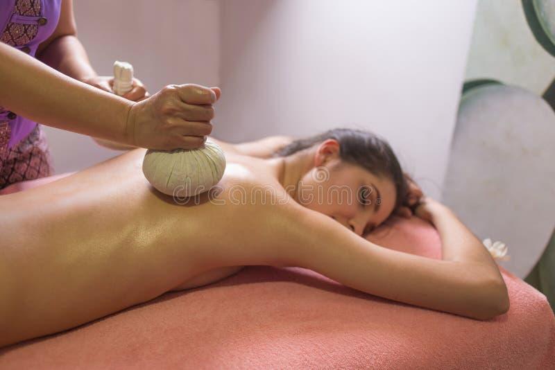 Thaise Balmassage Vrouw in day SPA die Thaise kruidenmassage krijgen stock fotografie