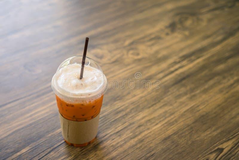 Thaise bevroren thee op houten lijst in koffie royalty-vrije stock foto's