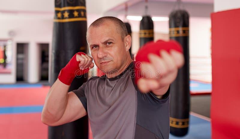Thaise bokser met verpakte handen royalty-vrije stock foto's