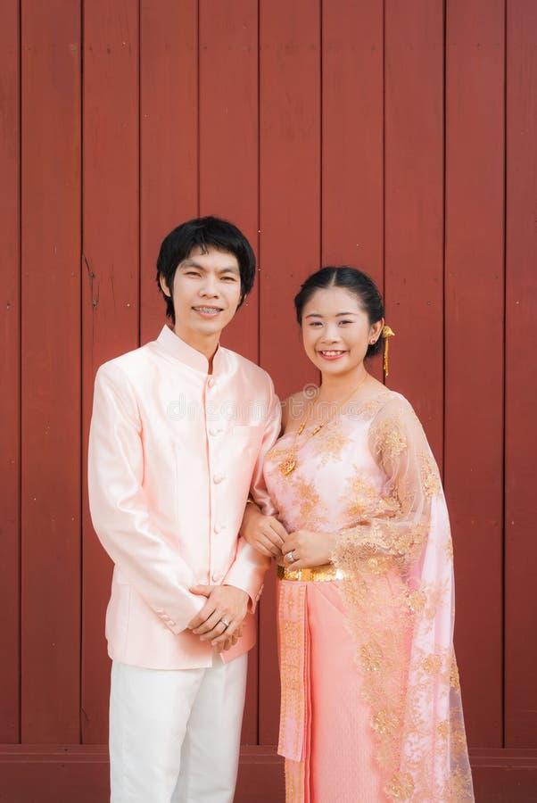 Thaise Bruids in Thais Huwelijkskostuum stock afbeeldingen