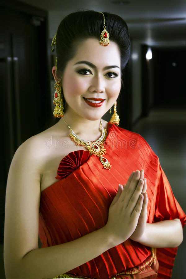 Thaise Chinese dame in het rode onthaal van de kledingsgroet stock afbeeldingen