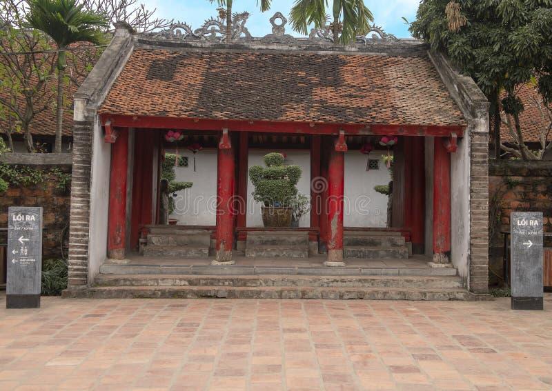 Thaise die Hoc Poort van binnenuit de vijfde en definitieve binnenplaats van de Tempel van Literatuur, Hanoi, Vietnam wordt bekek royalty-vrije stock fotografie