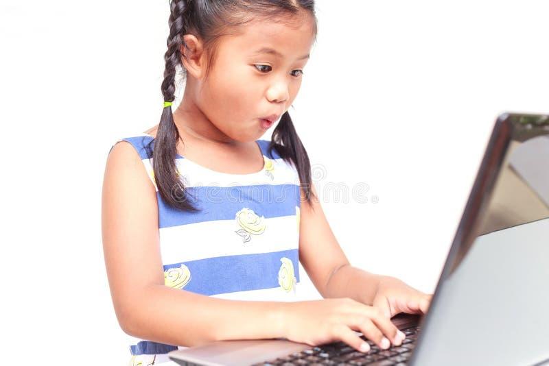 Thaise die kinderen op witte achtergrond worden geïsoleerd stock foto's