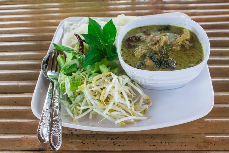 Thaise die Vermicelli in schotel met kerrie en groente wordt gegeten stock foto's