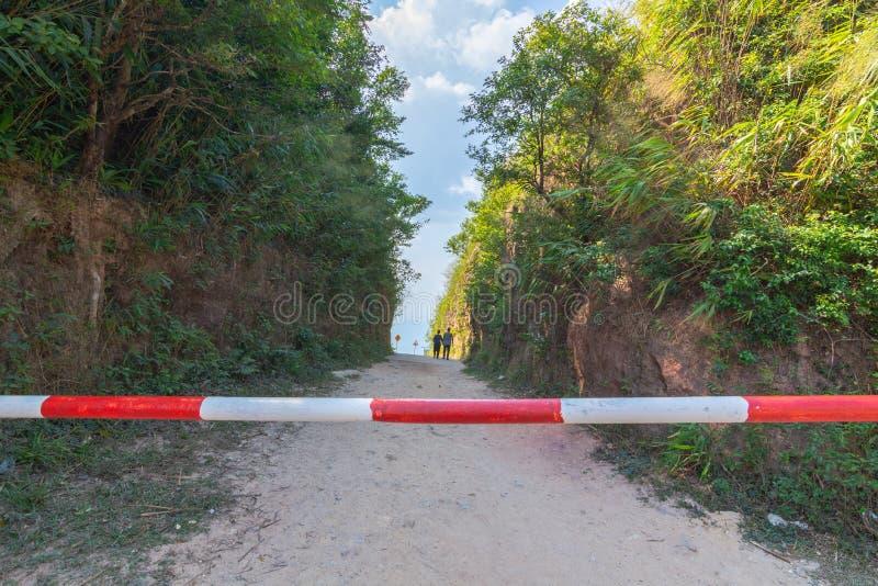 Thaise en Myanmar grens geroepen mittraphap wegpas bij kanchanaburi stock foto's