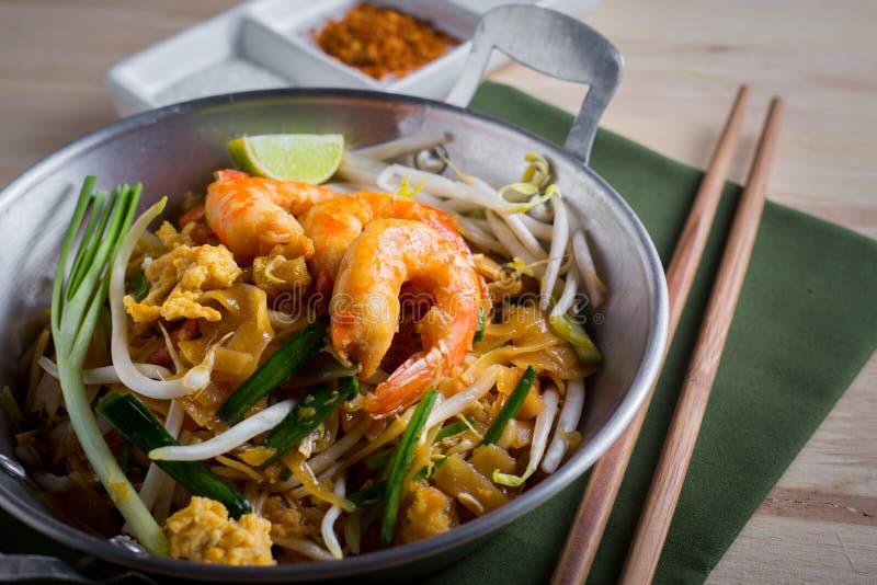 Thaise gebraden noedels met garnaal (Stootkussen Thai), popuplar cuis van Thailand royalty-vrije stock afbeeldingen