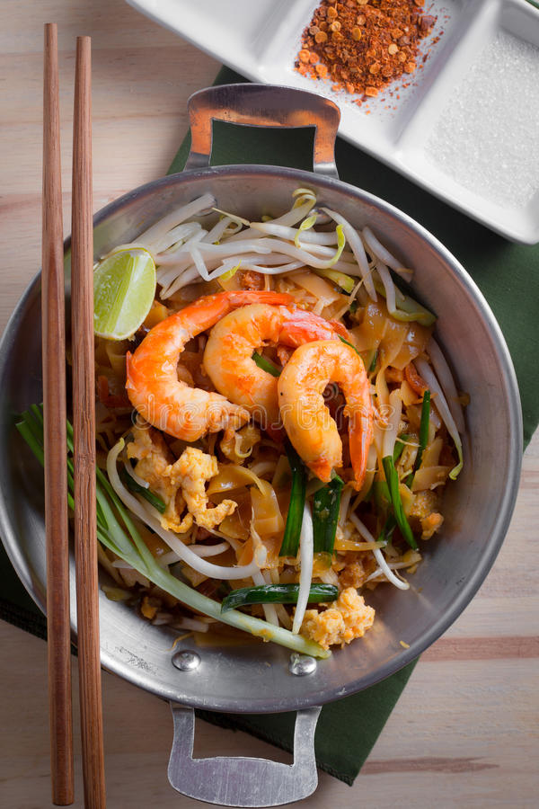 Thaise gebraden noedels met garnaal (Stootkussen Thai), popuplar cuis van Thailand stock fotografie