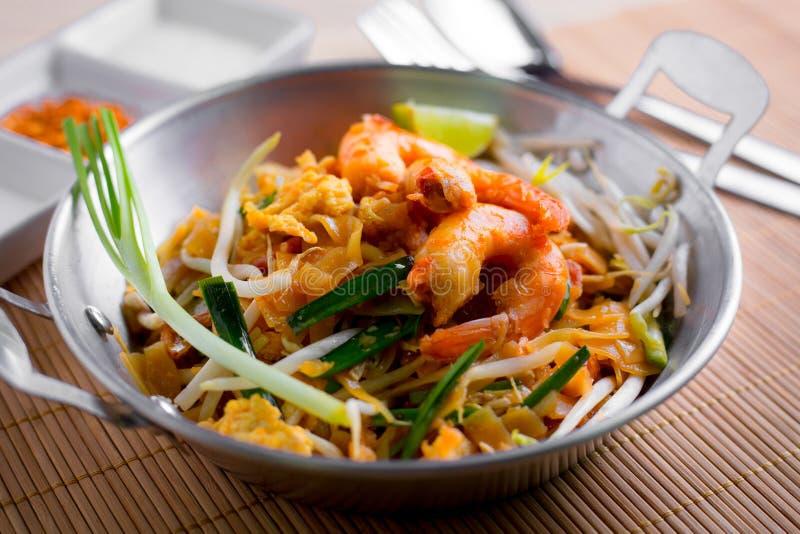 Thaise gebraden noedels met garnaal (Stootkussen Thai), popuplar cuis van Thailand royalty-vrije stock fotografie