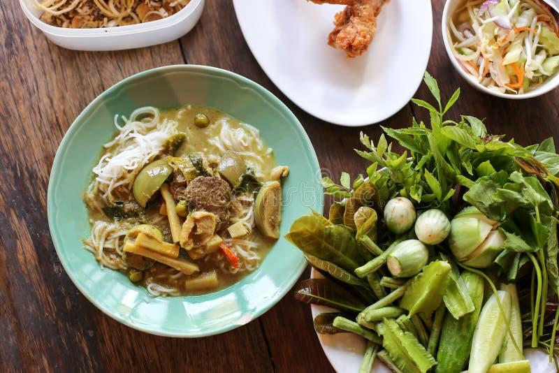 Thaise Gegeten Vermicelli en Thais de Traditievoedsel van de Kippenkerrie met Ingrediënten en Kruiden op Houten Achtergrond met U royalty-vrije stock fotografie