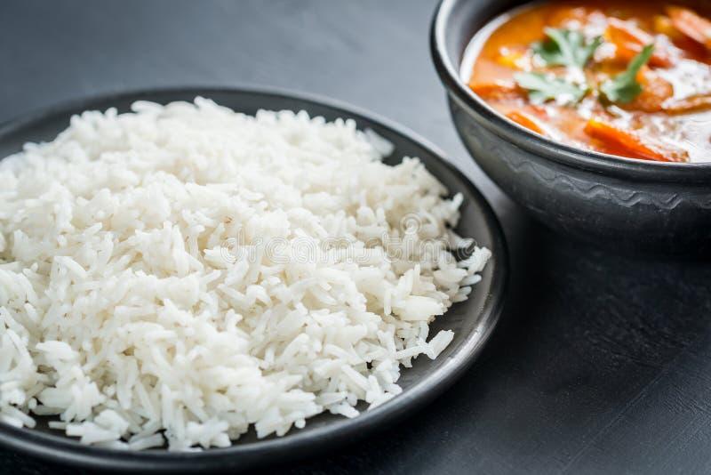 Thaise gele kerrie met zeevruchten en witte rijst stock fotografie