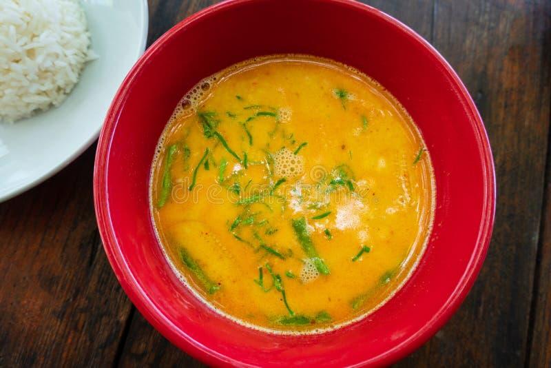 Thaise gele kerriesoep met rijst op rustieke lijst royalty-vrije stock foto's