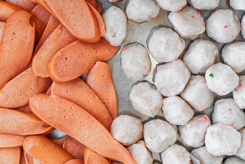 Thaise gestoomde vleessnacks die in een markt van het straatvoedsel worden aangeboden stock fotografie
