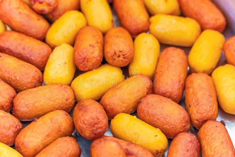 Thaise gestoomde vleessnacks die in een markt van het straatvoedsel worden aangeboden royalty-vrije stock afbeelding