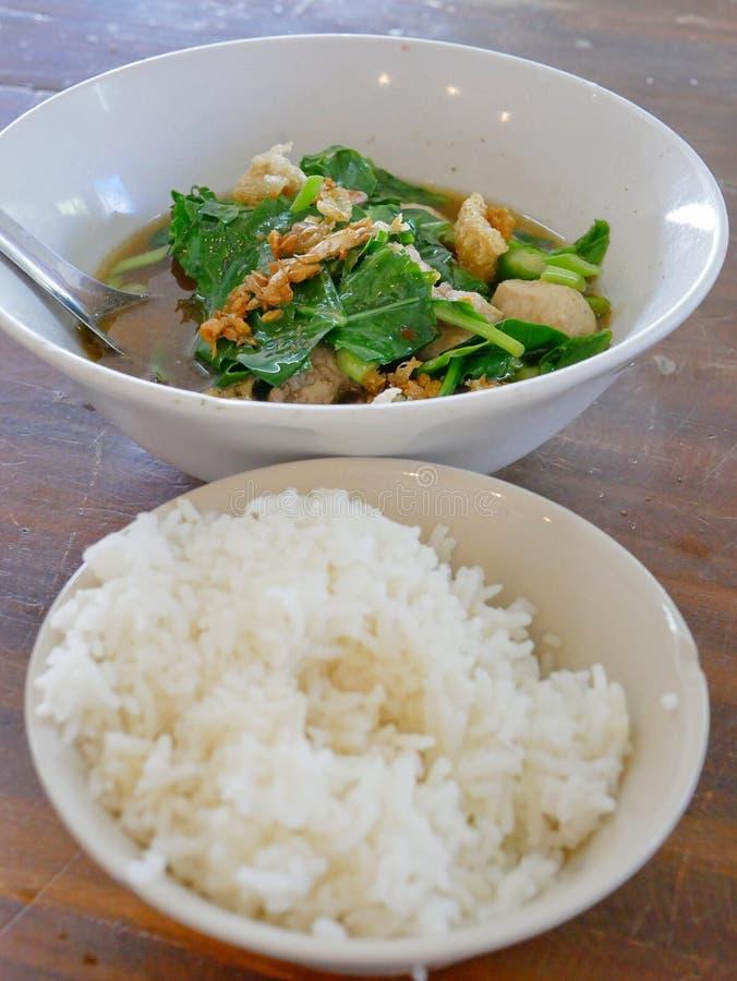 Thaise het varkensvleessoep van de stijl plantaardige hutspot met gestoomde rijst Gaw Lao Kao Plaw stock afbeeldingen