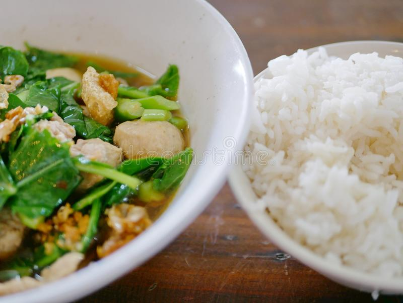 Thaise het varkensvleessoep van de stijl plantaardige hutspot met gestoomde rijst Gaw Lao Kao Plaw royalty-vrije stock foto