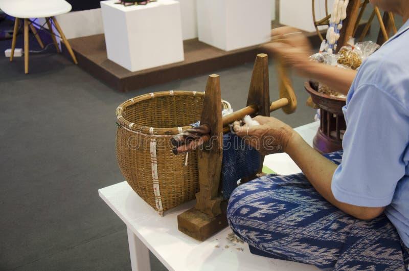Thaise hogere vrouwenmensen die spinnende katoenen draadmachine FO met behulp van royalty-vrije stock foto