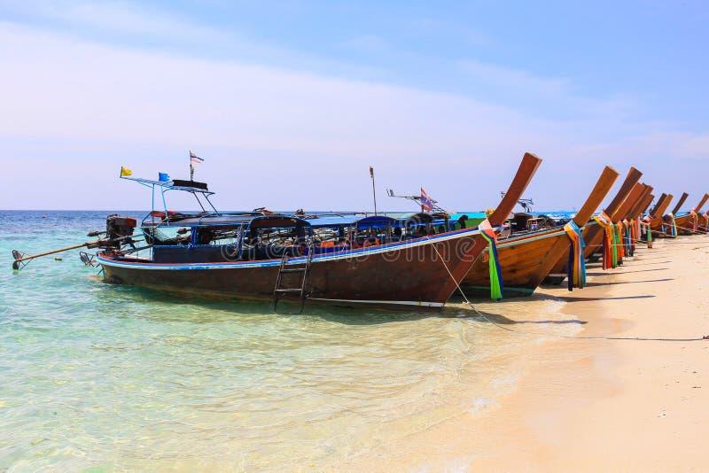 Thaise houten boot op overzees strand bij Lipe-eiland stock foto's