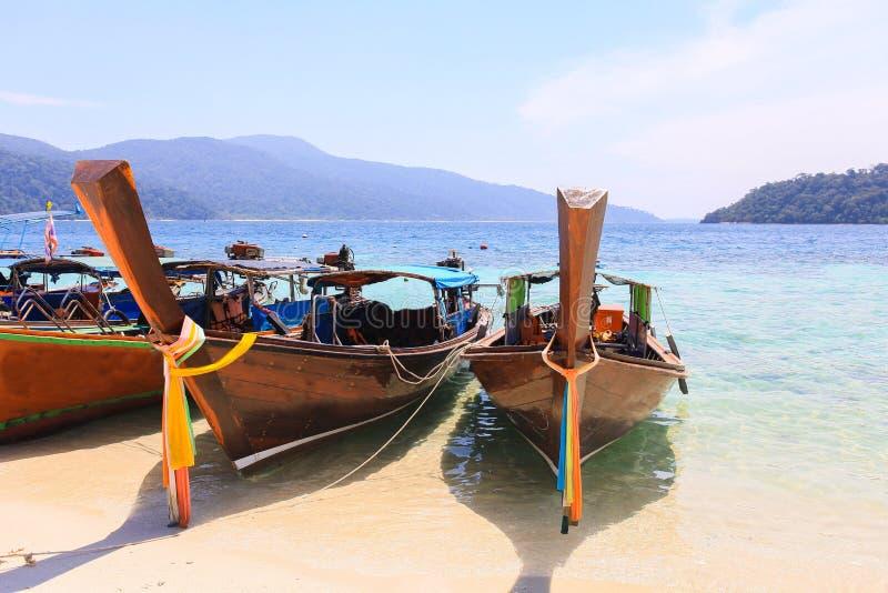 Thaise houten boot op overzees strand bij Lipe-eiland royalty-vrije stock fotografie