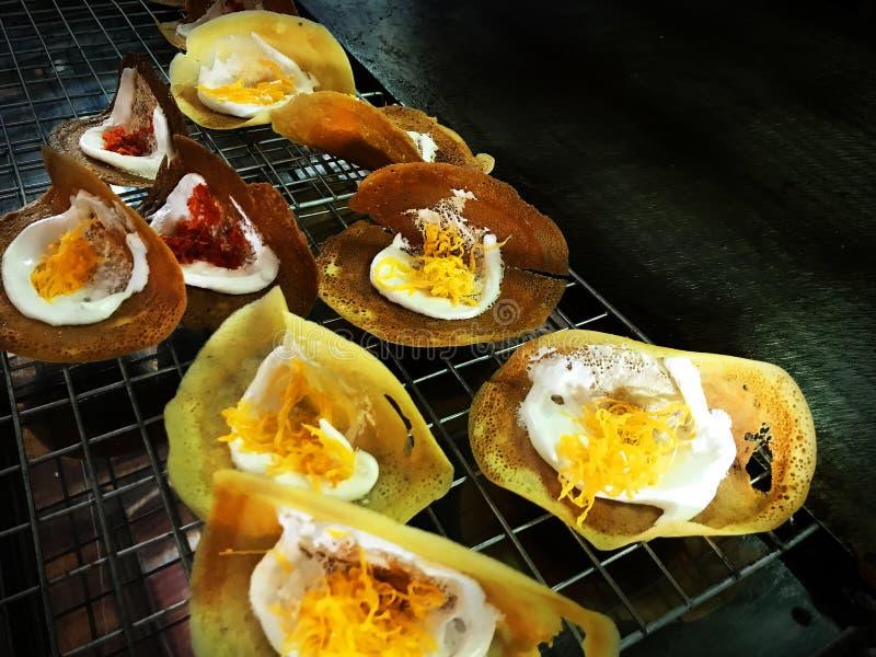 Thaise knapperige pannekoek, Traditie Thais Dessert stock afbeeldingen