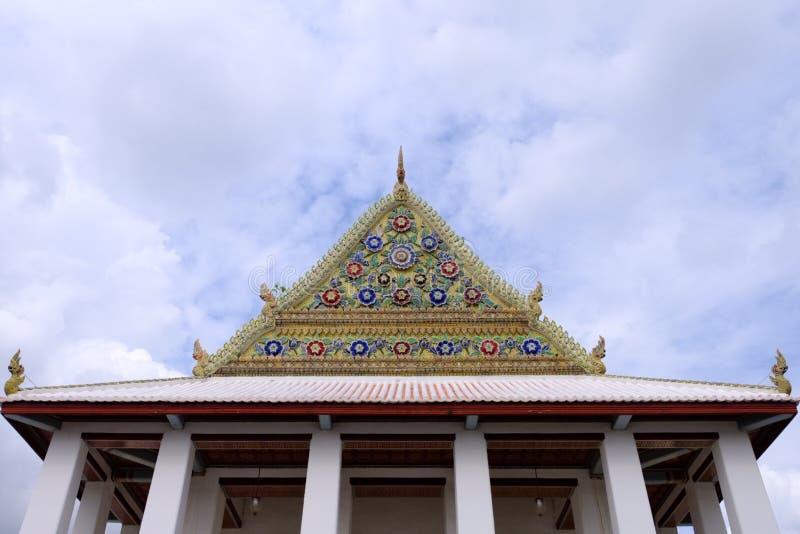 Thaise Koninklijke Heiligdomsgeveltop van Wat Chaloem Phra Kiat Worawihan stock fotografie
