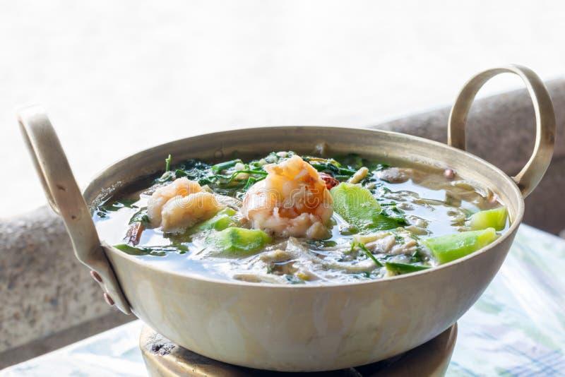 Thaise Kruidige Gemengde Groentesoep met garnalen stock foto's