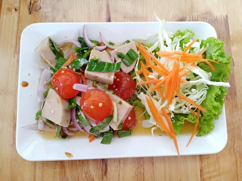 Thaise Kruidige Salade met Gezouten Eierdooier en Gestoomd het Varkensvleesbroodje van Cha lua stock afbeeldingen