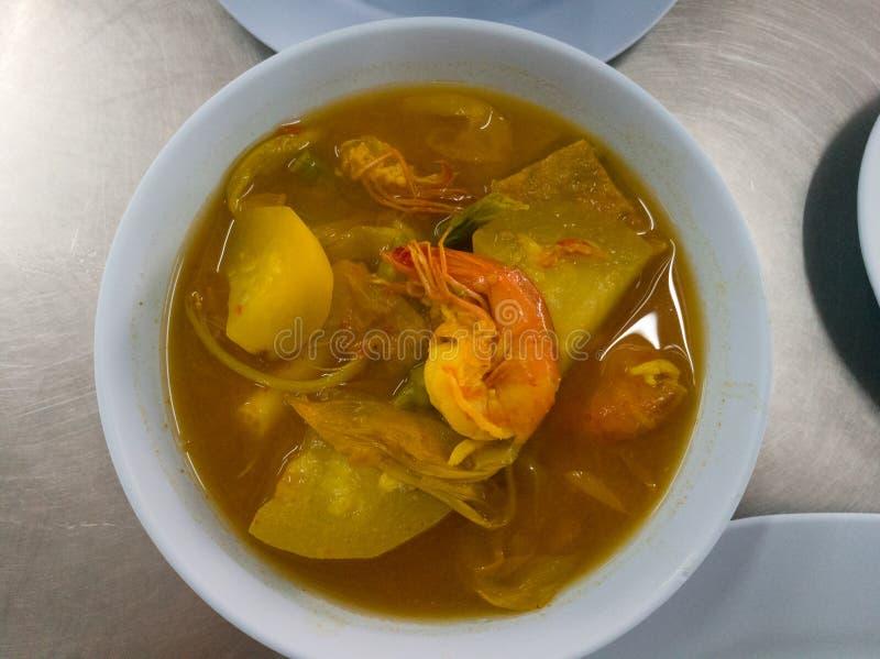 Thaise kruidige soep met knapperige garnalen en gemengde groente royalty-vrije stock fotografie